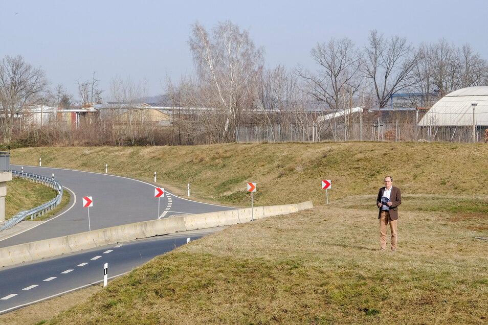 Der Coswiger Bauamtsleiter Wolfgang Weimann am Ende der S 84 in Coswig. Von hier aus soll die Straße bis Neusörnewitz bzw. Meißen weiter gebaut werden. Die Stadt Coswig wird ihren Teil zum Gelingen des Projektes beitragen, so Weimann.