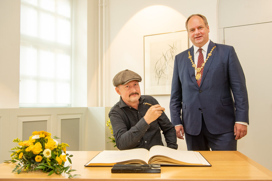 Regisseur Todd Field hat sich im Beisein von Oberbürgermeister Dirk Hilbert ins Goldene Buch der Stadt Dresden eingetragen.