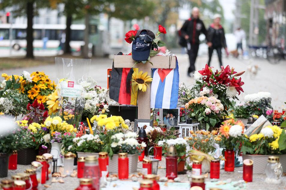 Nach der Tat wurden Blumen und Kerzen an der Stelle in der Chemnitzer Innenstadt aufgestellt, an der Daniel H. erstochen wurde.