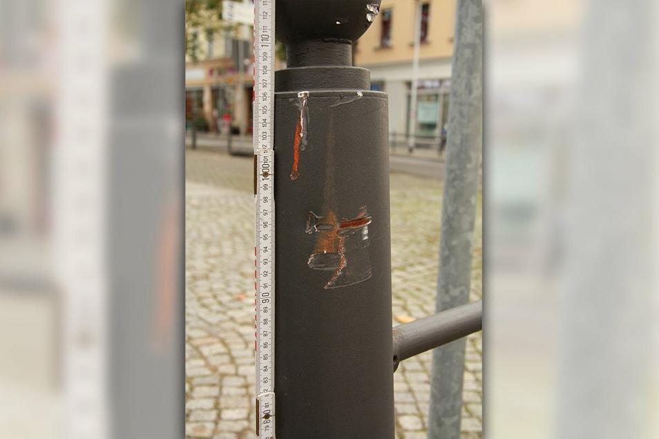 Dieser Geländer in Radebeul soll ein Sattelschlepper beschädigt haben.