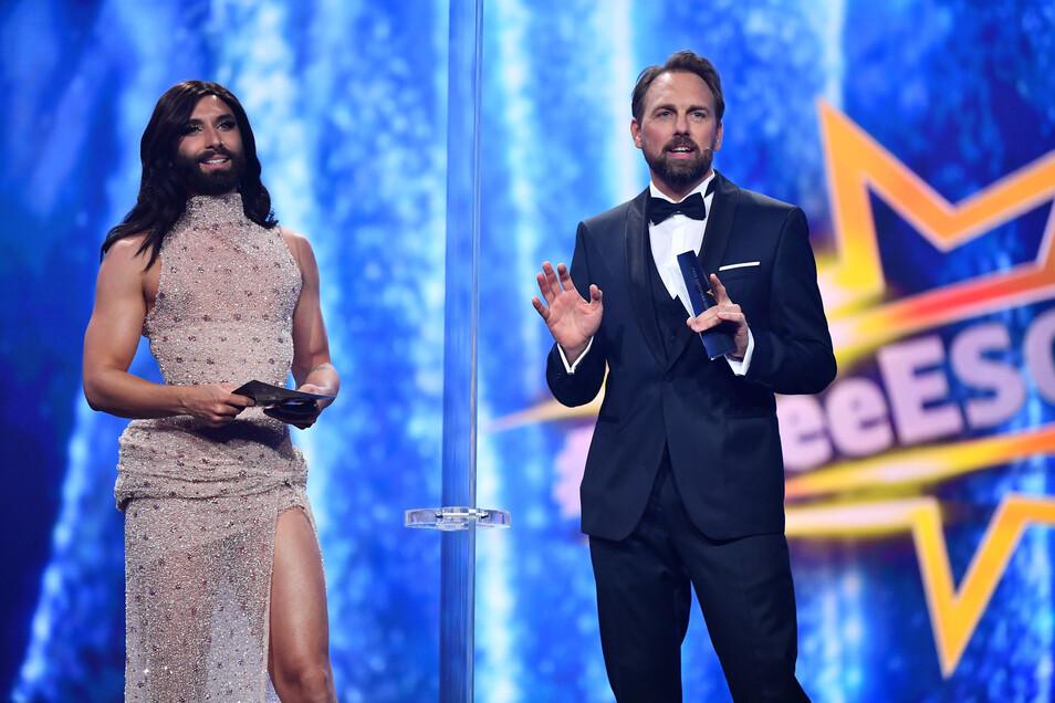 """Dragqueen Conchita Wurst (l) und Steven Gätjen moderierten die Show """"Free European Song Contest""""."""