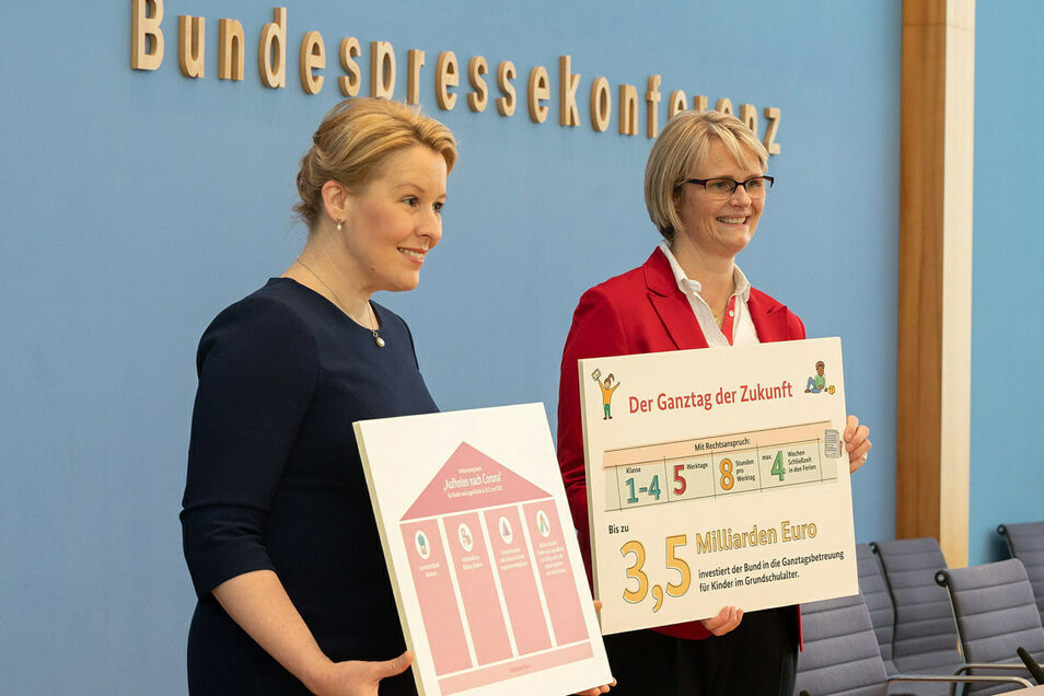 Die Bundesministerinnen Anja Karliczek und Franziska Giffey auf der gemeinsamen Pressekonferenz zum Gesetzentwurf zur Einführung eines Rechtsanspruchs auf Ganztagsbetreuung für Grundschulkinder.