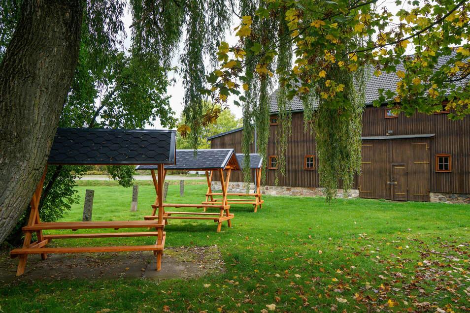 Auf der Wiese vor der Heimatscheune in Rammenau laden neuerdings drei überdachte Sitzgruppen zum Verweilen ein.