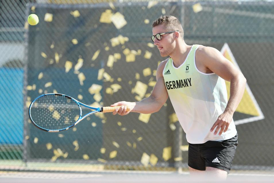 Bei der Haltung des Tennisschlägers gibt es bei Tom Liebscher noch Verbesserungsbedarf.