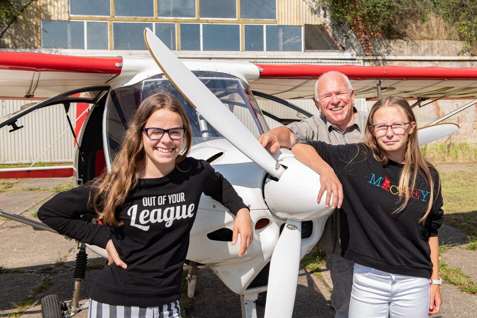 Lisa Latusek (links) und Anett Schurig lösten am Mittwoch ein Geschenk zur Jugendweihe ein. Pilot Eberhard Mittag zeigte den Jugendweihlingen aus dem Waldaer Kinderheim die nähere Heimat aus der Vogelperspektive.