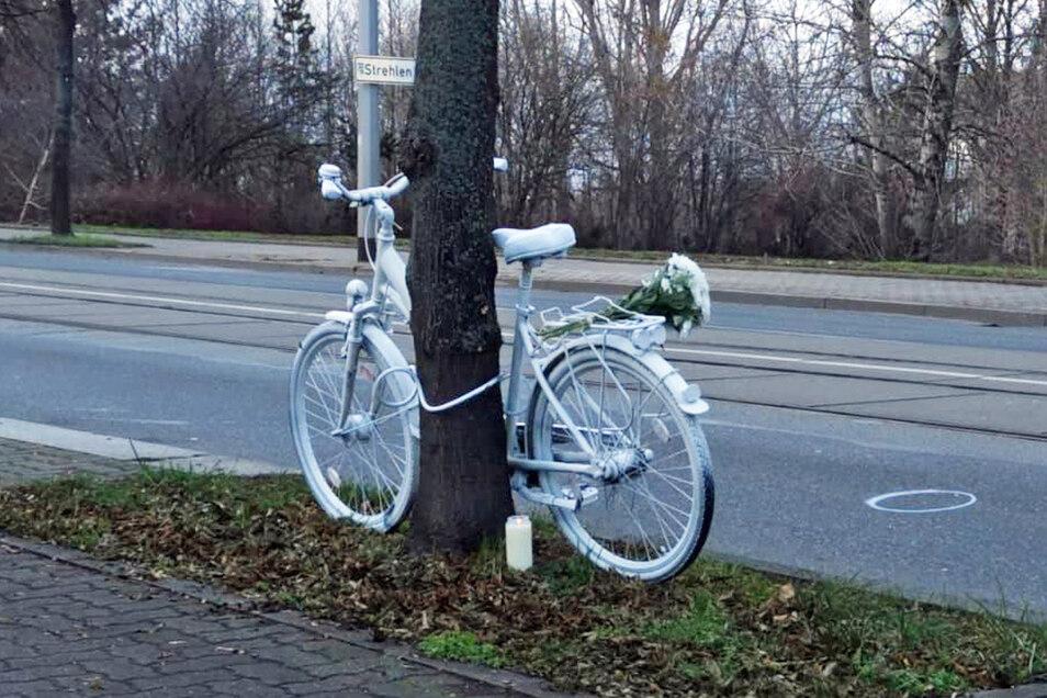 Dieses Ghostbike wurde am Samstag an der Reicker Straße aufgestellt. Nicht weit davon entfernt steht ein Weiteres.