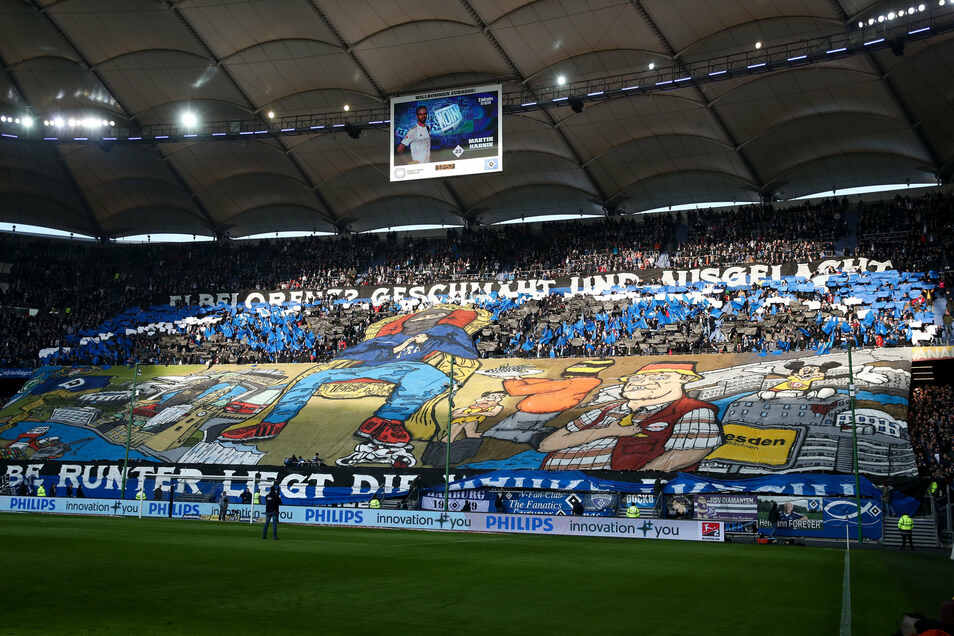 Fans des Hamburger SV reagieren mit ihrer Choreografie vor dem Anpfiff auf die der Dresdner beim letzten Duell.