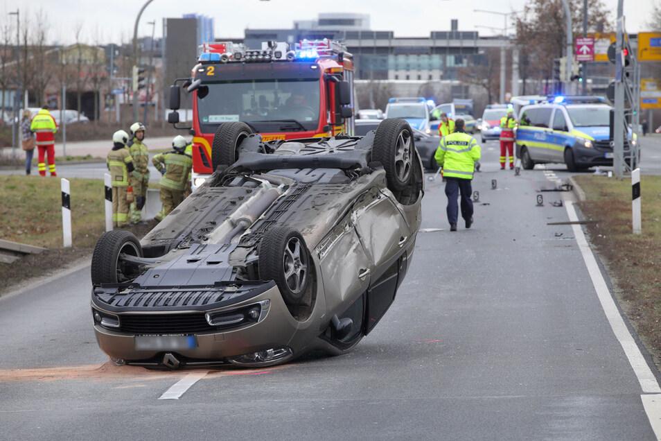 Beim Zusammenstoß zweier Autos am Elbepark kippte eins um, der Fahrer wurde verletzt.