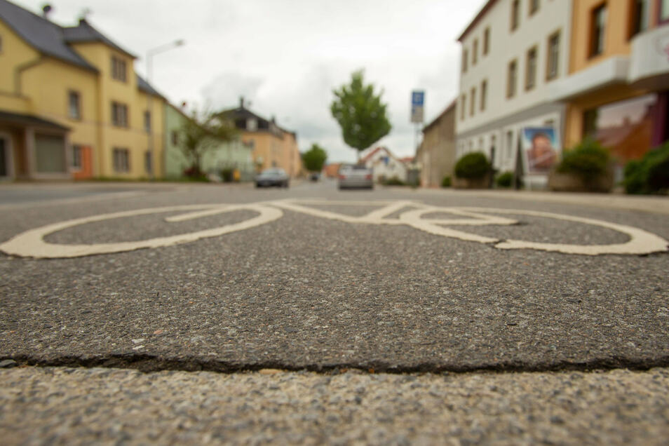 Ein Symbol macht noch keinen Radweg: Heidenau hat noch allerhand Nachholfebedarf in Sachen Radfahrerfreundlichkeit.