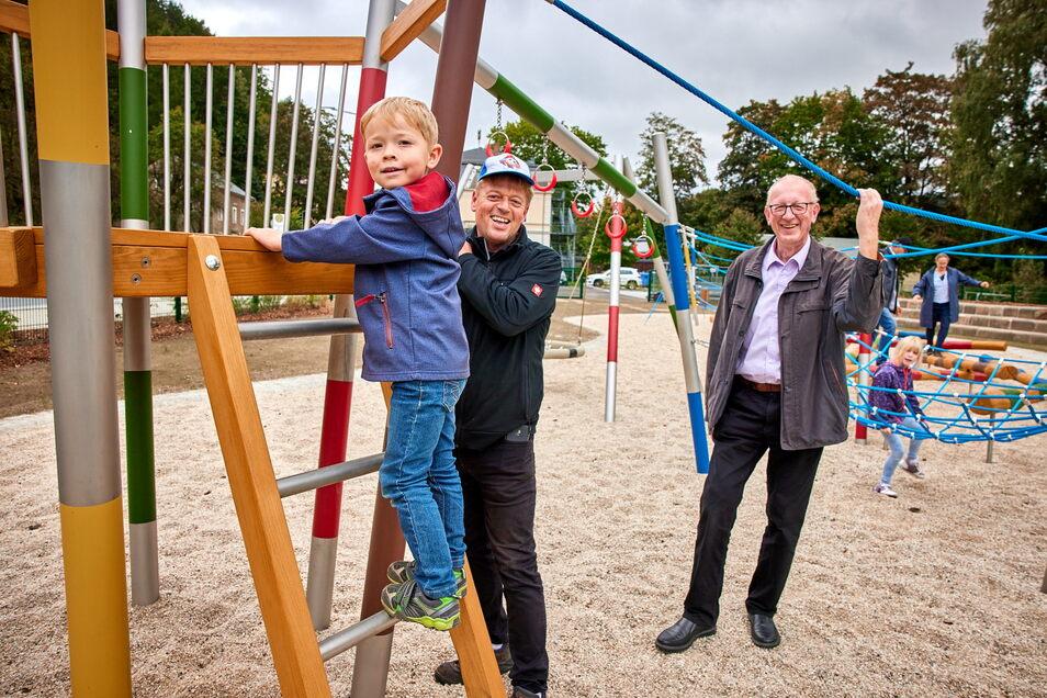 ... und das Klettergerät. Bürgermeister Uwe Thiele (re.) freut sich über das abgeschlossene Projekt.