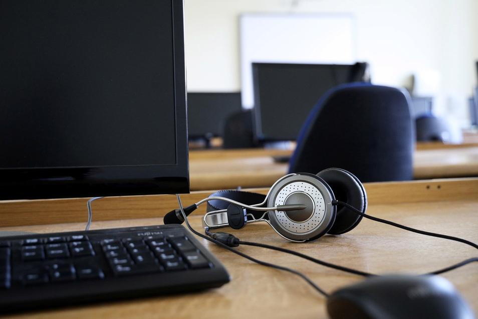 Sieht so ein künftiger Arbeitsplatz in der Verwaltung aus? Wie viel lässt sich digitalisieren? Die Verwaltungshochschule Meißen bildet jetzt Lotsen auf diesem Gebiet aus.