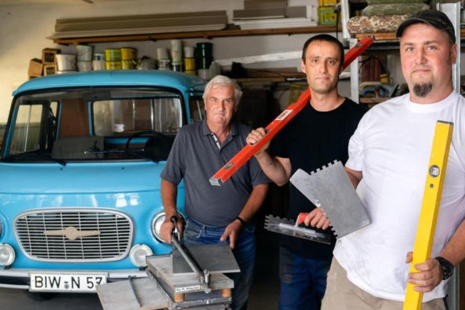 Eine Familie, zwei Generationen, drei Handwerksmeister – Rainer, Markus und Felix Ritscher (von links). Den Barkas B 1 000 nutzen die Fliesenleger für größere Transporte noch immer als Firmenfahrzeug. 1989 wurde er in der damaligen Firma Schölzel in Ramme