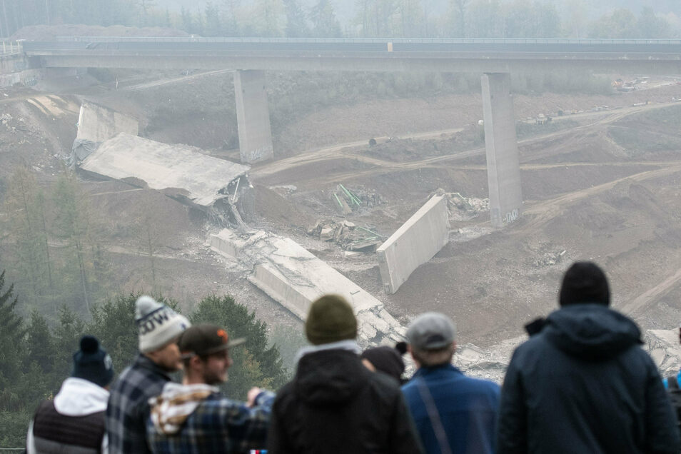 Gesprengte Bauteile der Talbrücke Eisern liegen unter dem intakten zweiten Brückenteil.
