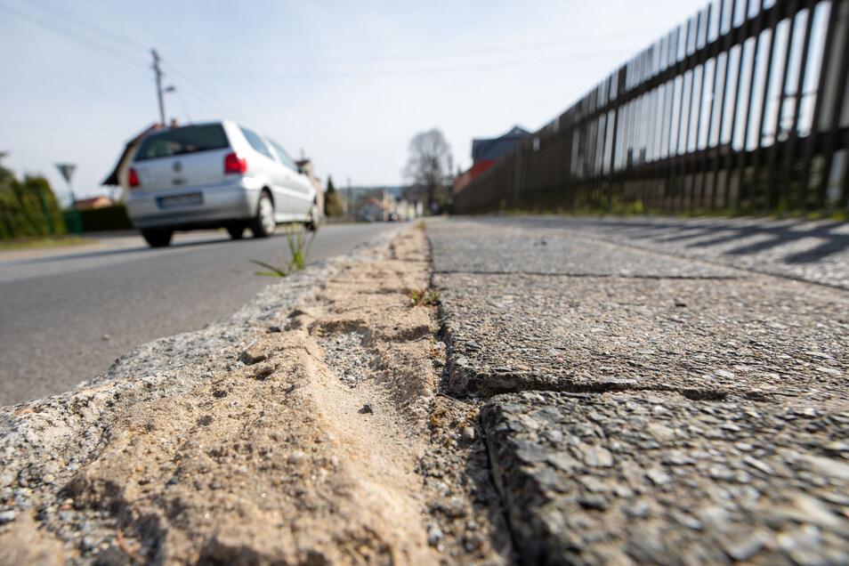 Der marode Fußweg auf der Sebnitzer Straße in Langburkersdorf ist bald Geschichte.
