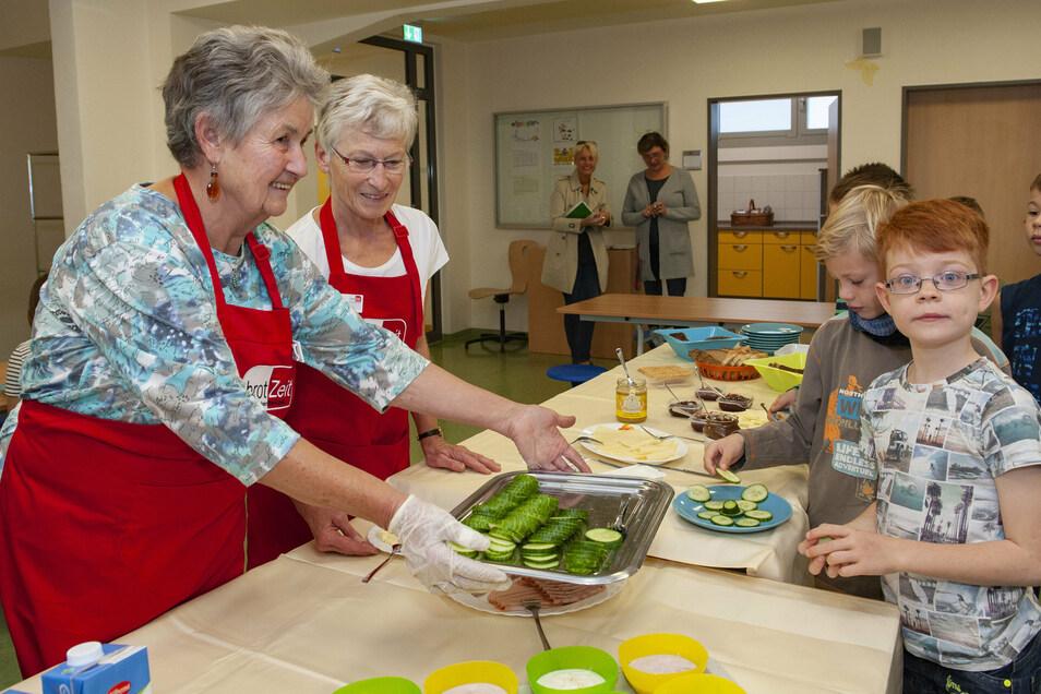 Gelungener Start in der Priestewitzer Förderschule: Tim und Max, damals Schüler der dritten Klasse, freuten sich über das Frühstück, welches Wallpurga Braun-Beyer und Petra Härtel (von links) ausreichten.