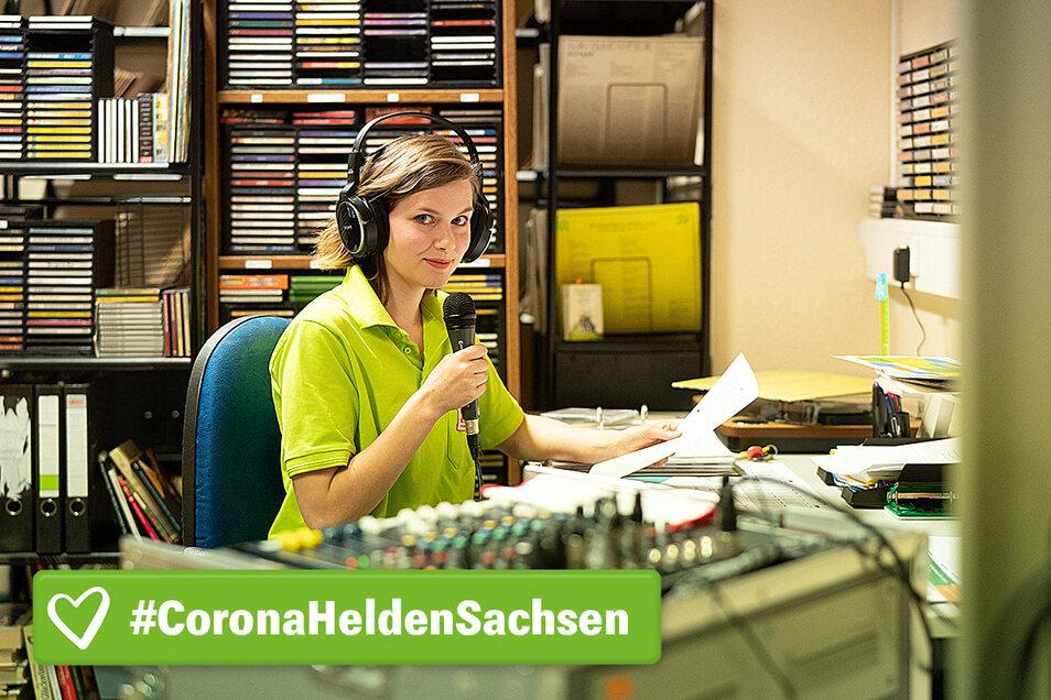 Vanessa Schubert moderiert den sogenannten Heimfunk, eine Art hauseigener Rundfunksender, der die Senioren mit Musik unterhält und neueste Informationen liefert.