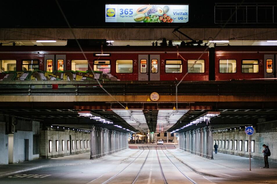 Kaum ein Passant ist während der nächtlichen Ausgangssperre am Hauptbahnhof Hannover unterwegs.