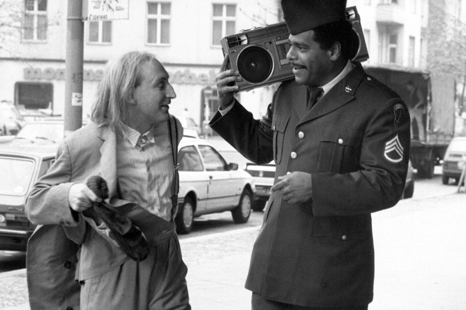 """Otto Waalkes (l) und Günther Kaufmann in einer Szene des Films """"Otto - Der Film"""" (1985)."""