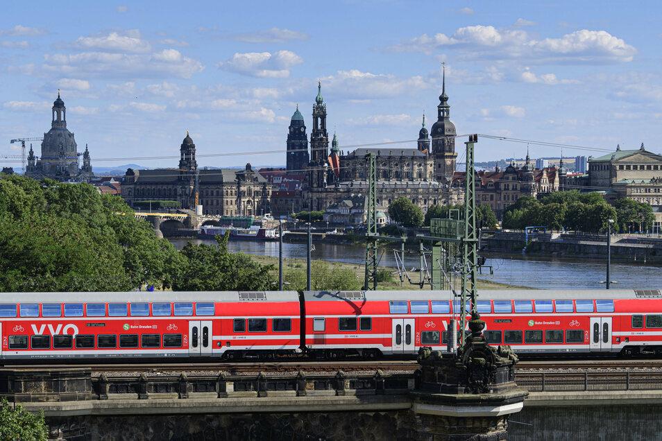 Aufgrund der Pandemie nutzen weniger Menschen die S-Bahn, Regionalbahn und den Bus. Das führt bei den Verkehrsverbünden zu einem Minus. Dafür gibt es nun eine Lösung.