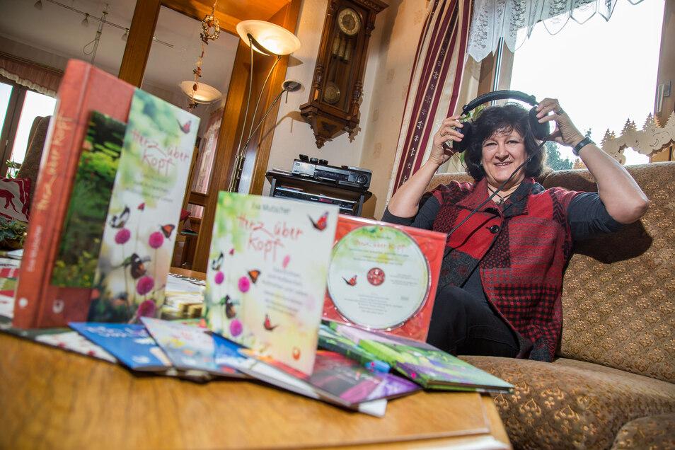 Eva Mutscher aus Zodel freut sich, dass zu dem Sammelband mit acht ihrer Märchen für Erwachsene auch eine Hörbuch-CD veröffentlicht wurde. Beides eignet sich als Geschenk.