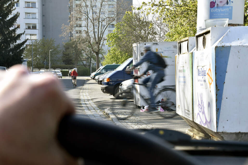 Ein Schnappschuss, auf den man nicht lange warten muss: Immer wieder tauchen hinter den Containern am Straßenrand unvermittelt Radfahrer auf.