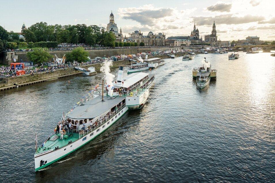 Dampferparade auf der Elbe - einer der Höhepunkte der Saison.