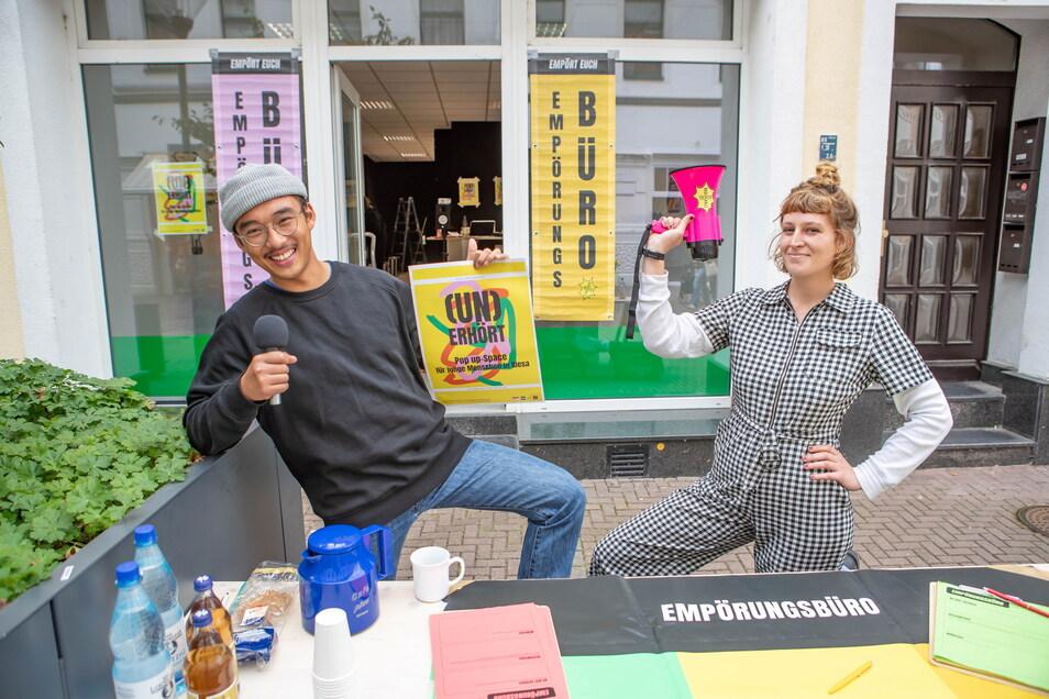Trong Do Duc (l.) und Christiane Deibel machen eine besondere Aktion in einem sonst leer stehenden Riesaer Boulevard-Ladenlokal.