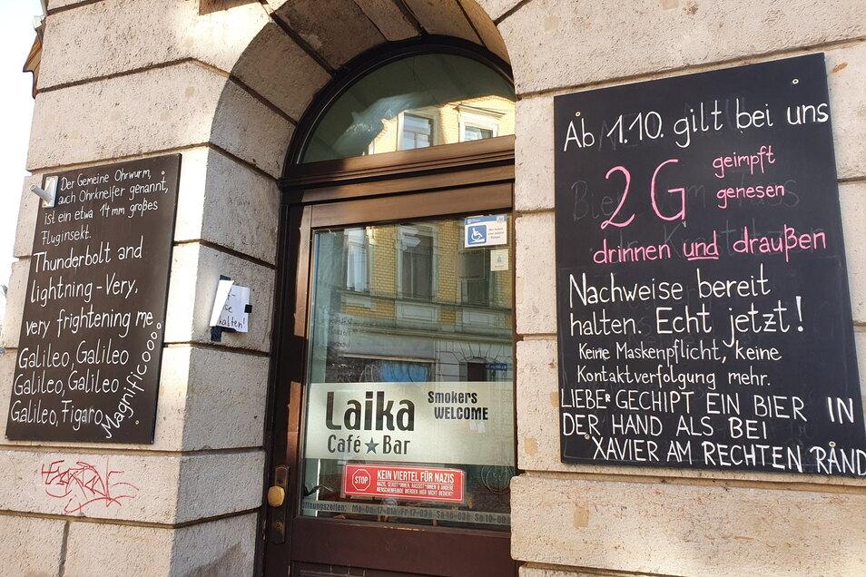 """In der Café-Bar Laika in der Dresdner Neustadt gilt seit Anfang Oktober 2G. Auf dem Schild am Einlass setzt der Betreiber auf Humor: """"Lieber gechipt ein Bier in der Hand als bei Xavier am rechten Rand."""""""