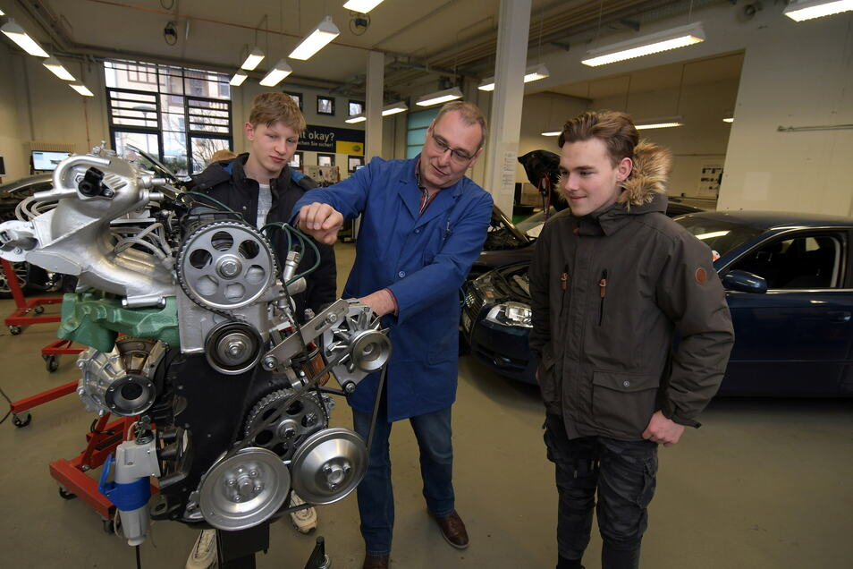 Frank Dennhardt (Mitte) unterrichtet die Kfz-Mechatroniker. Nach dem Willen des Kultusministeriums soll die Ausbildung von Döbeln nach Freiberg umziehen.