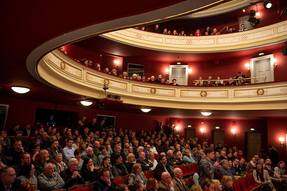 Voll besetzte Theater sind zur Zeit kaum noch vorstellbar. Laut einer Studie ist die Ansteckungsgefahr hier geringer als angenommen.