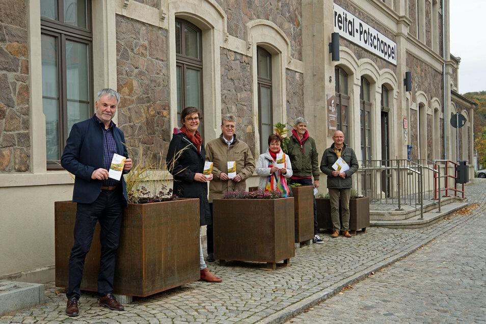Bürgermeister Uwe Rumberg (li.) übergab die ersten Patenschafts-Urkunden für die Pflanzkübel an den Verein Biotec.