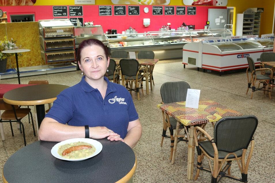 Kathrin Holzweißig ist die Chefin von Försters Catering. Hier steht sie im einstigen Supermarkt Förster, in dem die Kunden jetzt zu Mittag essen und an der Wursttheke einkaufen können. Der Supermarkt Förster hatte die Caterer-Abteilung schon vor Jahr