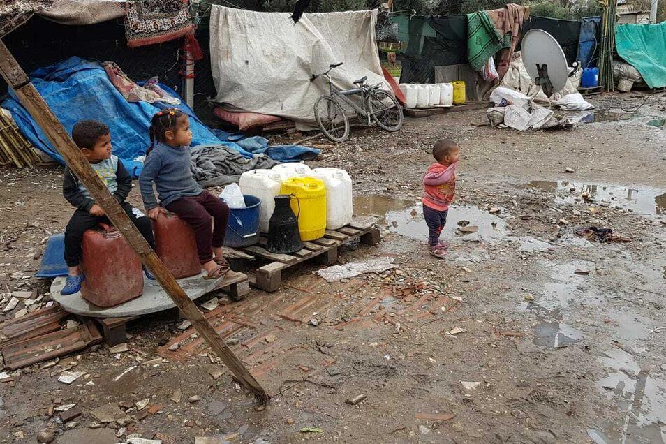 Viele Kleinkinder wachsen in der trostlosen Umgebung der geduldeten inoffiziellen Lager auf.