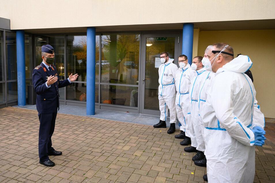 Soldaten der Bundeswehr bei der Einweisung für die Arbeit in einem Pflegeheim.
