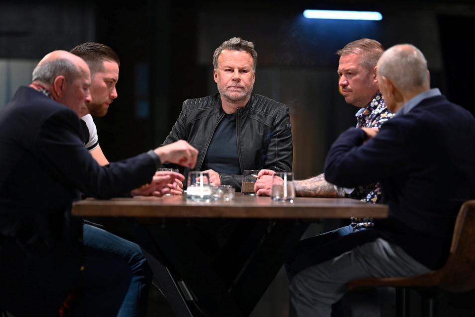 Jenke von Wilmsdorff (M) sitzt mit vier Männern an einem Tisch in einer Szene aus «Jenke. Crime». Der ausgezeichnete Journalist setzt sich in der Reportage mit vier Männern an einen Tisch: Drei Männer wurden zusammen zu mehr als 70 Jahren Haft verurt