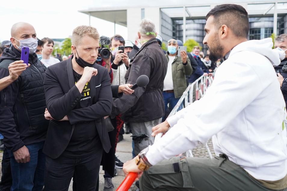 Berlin: Comedian Oliver Pocher (M) und der Koch Attila Hildmann (r) im Gespräch vor dem Reichstag. An der Kundgebung von Hildmann nahmen mehrere Hundert Menschen teil.