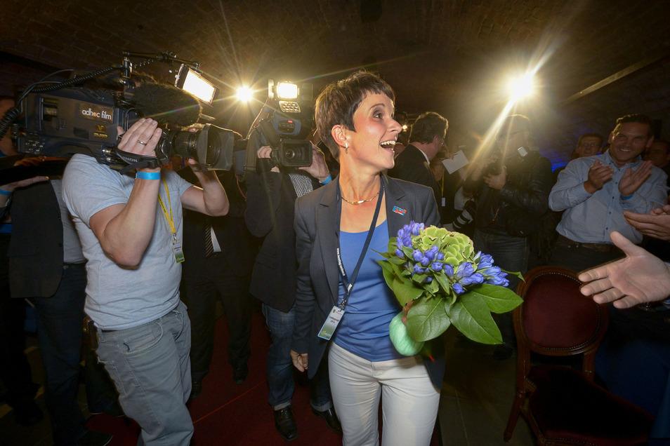 Frauke Petry, Spitzenkandidatin und Landesvorsitzende der Alternative für Deutschland (AfD) bei der ausgelassenen Wahlparty ihrer Partei in den Festungsmauern am Brühlschen Garten.