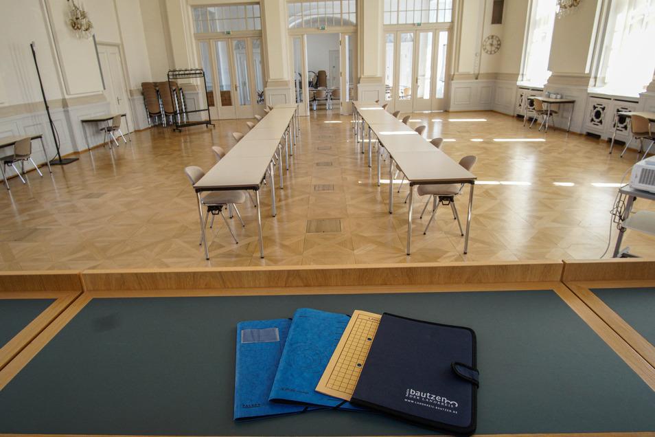 Gähnende Leere, wo sonst 100 Kreisräte über das Wohl und Wehe des Landkreises Bautzen debattieren: Frühestens am 18. Mai sollen sie im großen Sitzungssaal des Landratsamtes zusammenkommen.