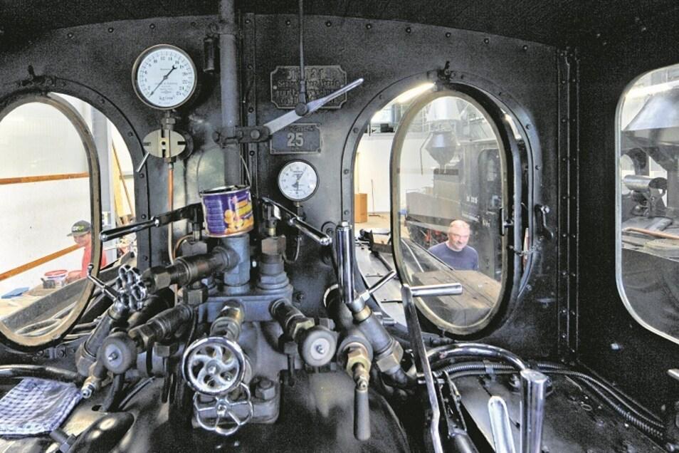 Kräftig anpacken mussten Vereinsmitglieder von der Waldeisenbahn Muskau auch beim Aufbau und Einräumen der neuen Werkstatt im sanierten alten Lokschuppen.