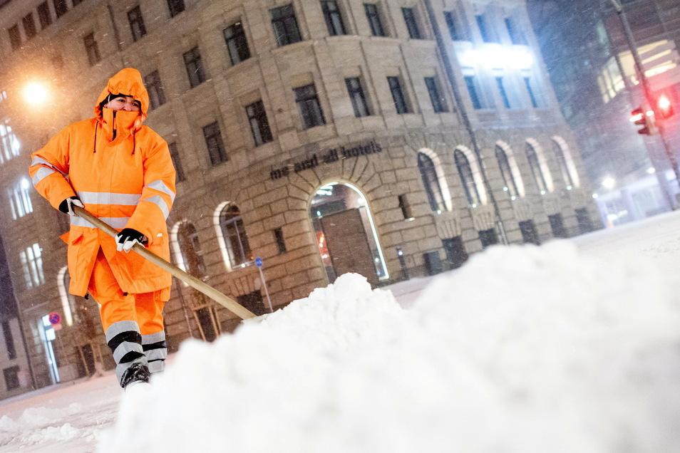 Wer am kommenden Morgen Schnee räumen muss, sollte sich sehr warm anziehen: es wird bitterkalt.