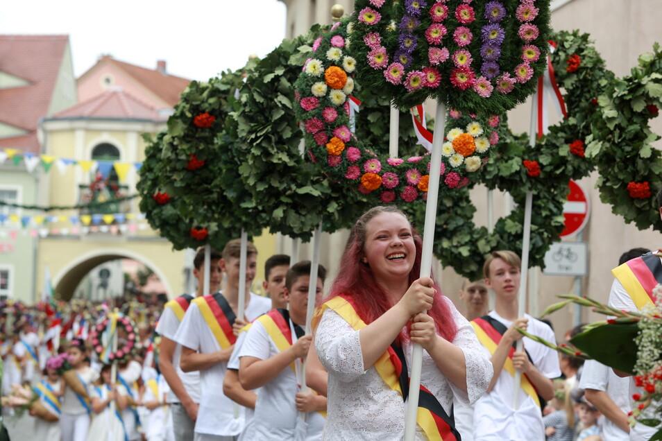 Im Vor-Corona-Jahr lief noch alles ganz traditionell beim Forstfestumzug in Kamenz: Die Mädchen und Jungen waren in Weiß gekleidet und trugen Blumenschmuck.
