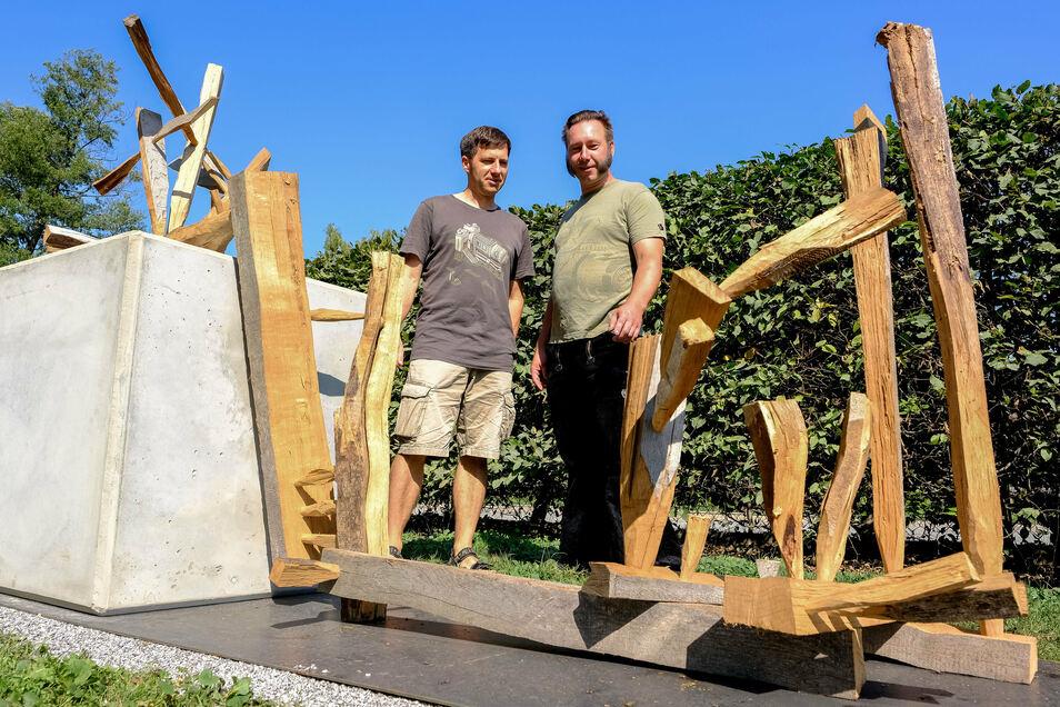 Das Internationale Bildhauersymposium holt im Abstand von zwei Jahren Künstler aus der ganzen Welt nach Moritzburg. Die während der Werkstatt unter freiem Himmel entstandenen Arbeiten aus Stein und Holz bleiben in der Regel im Ort. Die Gemeinde förderte d
