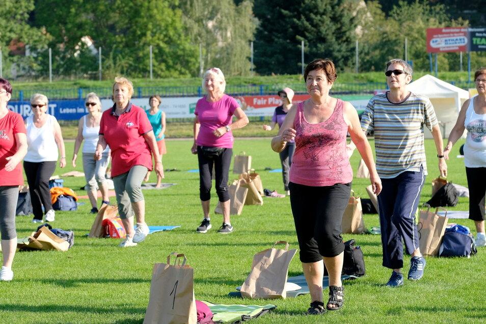 Zum gemeinsamen Sporttreteiben trafen sich Seniorinnen und Senioren im vorigen Jahr beim Bewegungsfest im Stadion am Heiligen Grund.