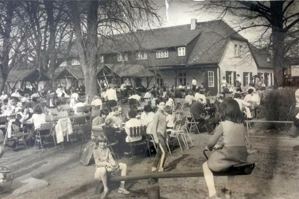Nach dem 2. Weltkrieg befand sich die Hofewiese als Ausflugsgaststätte zunächst in privatem Besitz. 1960 wurde die Ausflusgaststätte dann durch die DDR-Handelsorganisation (HO)  übernommen. Das Foto entstand 1984.
