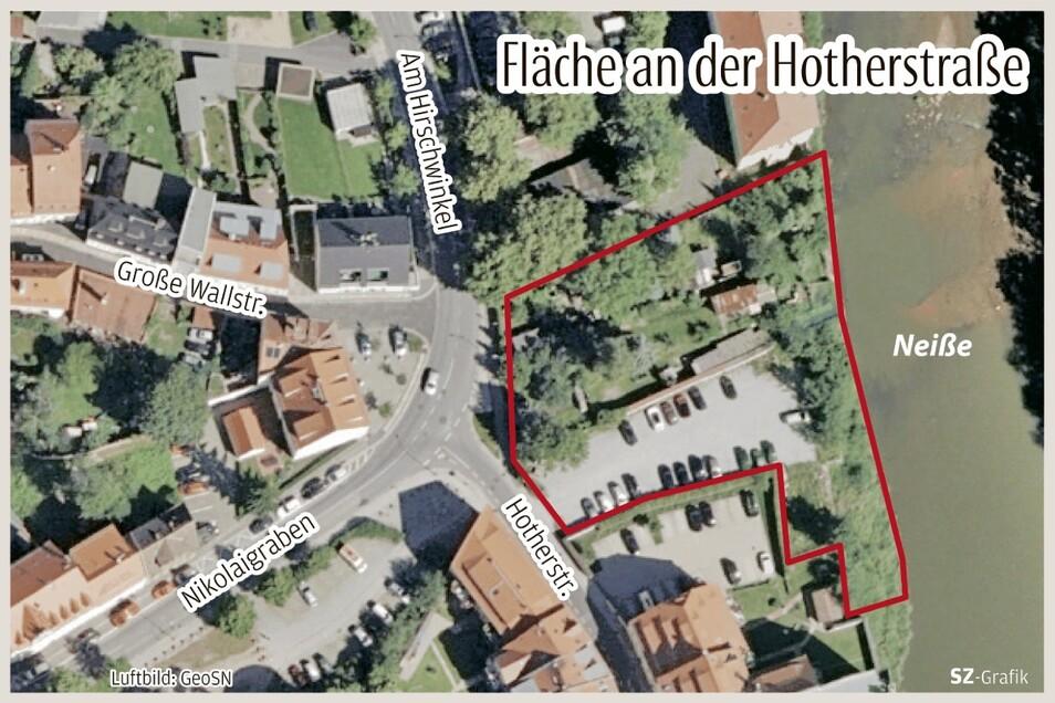 Eigentlich sind es drei Grundstücke, die der Stadt gehören: Das erste beinhaltet mehrere Gärten, südlich davon ist ein Parkplatz und südöstlich davon noch eine Wiese am Ufer.