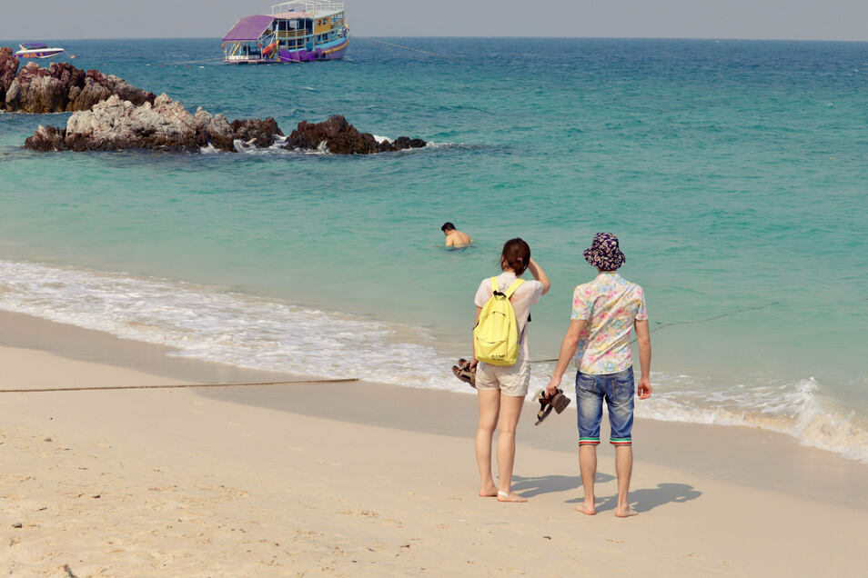 Strand auf Koh Lan Island in Pattaya. In den thailändischen Ferienzielen Phuket und Pattaya mussten die Hotels in der Corona-Krise schließen.