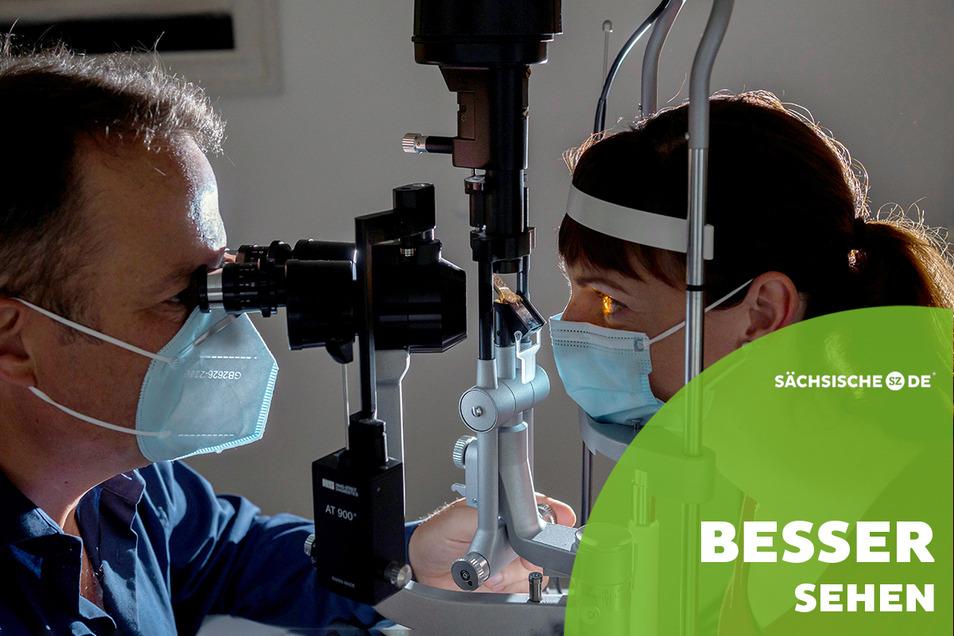 Der Dresdner Augenarzt Matthias Müller-Holz hat die Hornhaut des Auges von Melanie Dietz mit einer Spezialkamera fest im Blick.