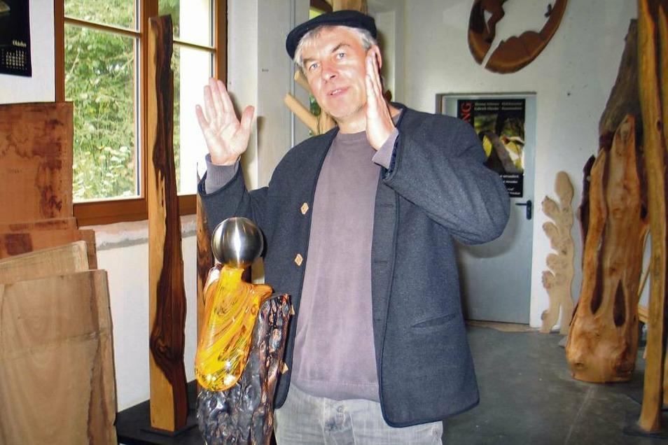 Der Schleifer Holzkünstler Thomas Schwarz experimentiert mit ungewöhnlichen Materialkombinationen. In seiner neuesten Arbeit verbindet er Buchenholz aus dem Pückler-Park mit Glas und Edelstahl.