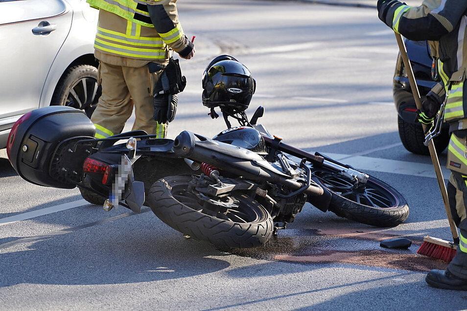 Gegen 15 Uhr fuhr auf der Wallstraße in Bautzen ein Motorrad auf einen Opel Astra auf. Nach ersten Angaben haben sich bei dem Zusammenprall zwei Personen verletzt.