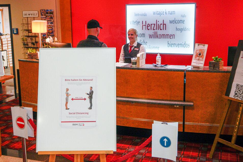 An der Rezeption des Best Western Hotels in Bautzen gelten strenge Abstandsregeln. Große Schilder weisen darauf hin. Am Tresen ist eine große Scheibe angebracht. Dahinter brauchen die Mitarbeiter keinen Mund-Nasen-Schutz zu tragen.